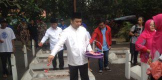 Menggelar tabur bunga dan doa bersama dimakam pahlawan taruna kota tangerang,/ foto dok: adit.kk