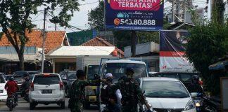 Polisi dan TNI menghalau massa FPI yang akan menuju bandara Soekarno - Hatta, Tangerang, Rabu (21/2). Mereka tidak dibolehkan masuk ke bandara karena akan menjemput pemimpin FPI Habib Rizieq. Foto : Fajrin/Katakota