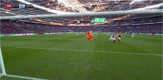Adegan terjadinya gol Sergio Aguero pada laga final Piala EFL antara Arsenal vs Manchester City, Minggu 25 Februari 2018.