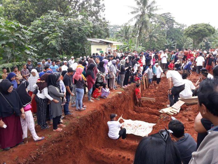 14 korban kecelakaan di makamkan massal