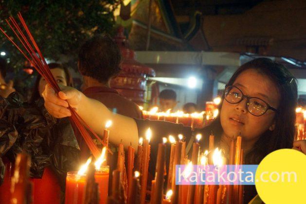 Suasana warga yang sembahyang merayakan tahun baru Imlek 2569 di kenteng Boen Tek Bio, Tangerang, Kamis (15/2) malam. Foto : Fajrin/Katakota