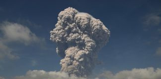 Gunung Sinabung menyemburkan material vulkanik ketika erupsi, di Karo, Sumatera Utara, Senin (19/2/2018). Gunung Sinabung kembali erupsi besar Senin ini, status gunung berada di level IV atau awas disertai gempa kecil yang terasa di sekitar Sinabung, dari catatan pos pemantau gempa terjadi sekitar 607 detik.