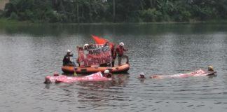 Bentangkan spanduk disitu sasak, warga protes proyek tol cinere-serpong(adit Katakota.com)
